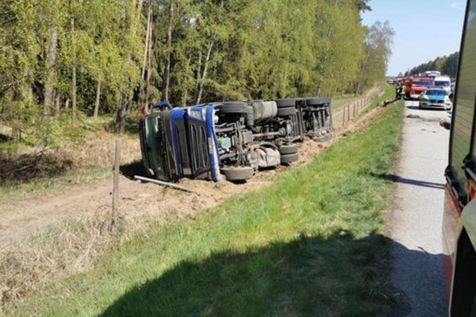 Lastwagen kippt auf Autobahn um: Fahrer eingeklemmt