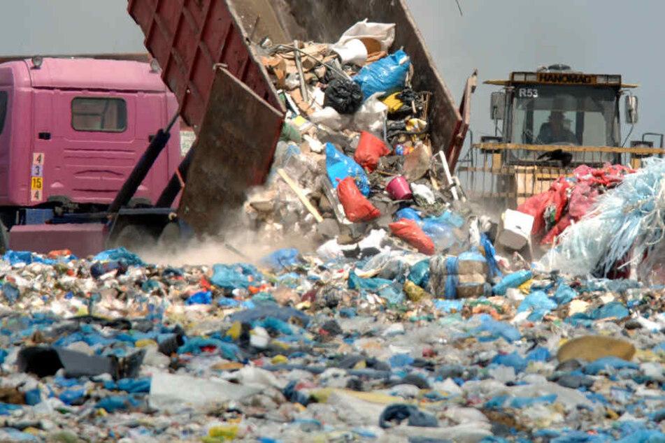 Vor vielen Jahren gab es noch zahlreiche Müllkippen in Hamburg, die inzwischen stillgelegt wurden (Symbolbild).
