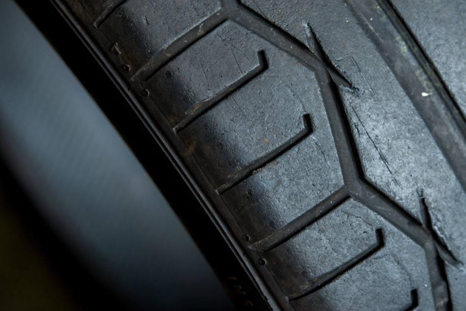 """Planenschlitzer haben rund 200 Reifen von einem LKW  auf dem Rastplatz """"Auerswalder Blick"""" geklaut. (Symbolbild)"""