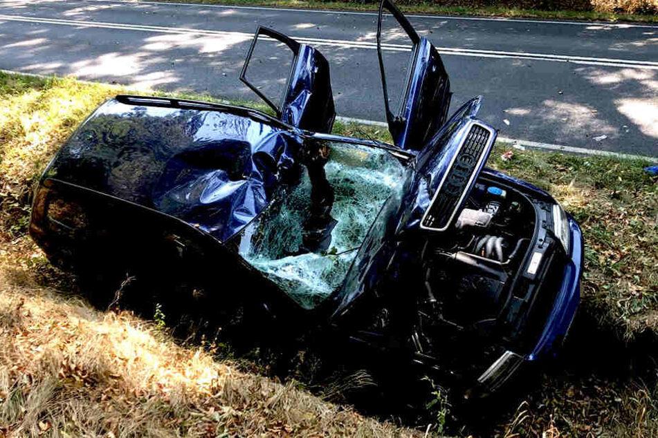 Nach dem Unfall landete das Fahrzeug im Straßengraben.