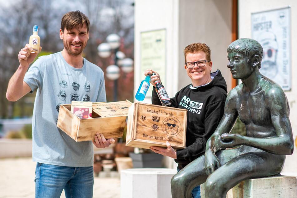 """Prost auf den Männertag: Martin König (31, """"Karlskopf"""", l.) und René Schwabe (47, """"Marx-Städter"""") haben eine Box für Männer gepackt."""