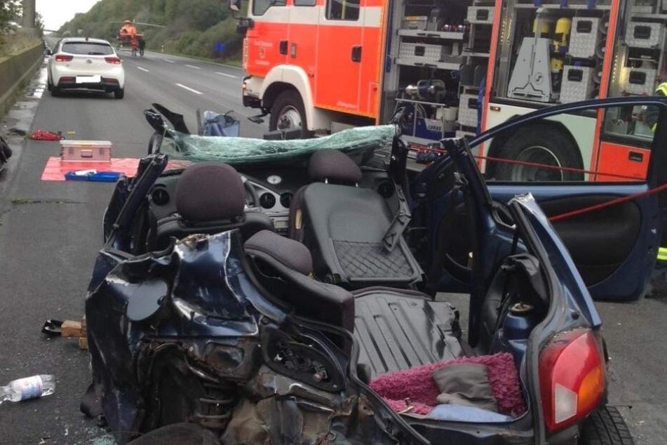 Lkw prallt mit voller Wucht in Auto: Drei Schwerverletzte