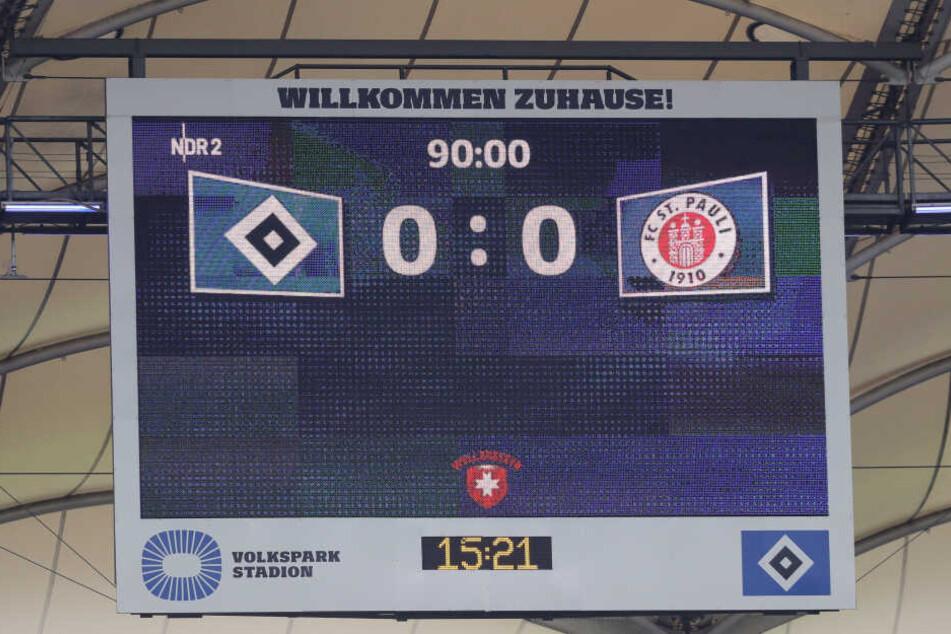 Die Anzeigentafel im Volksparkstadion zeigt kurz vor Spielende das Ergebnis einer Partie zwischen dem HSV und dem FC St. Pauli.