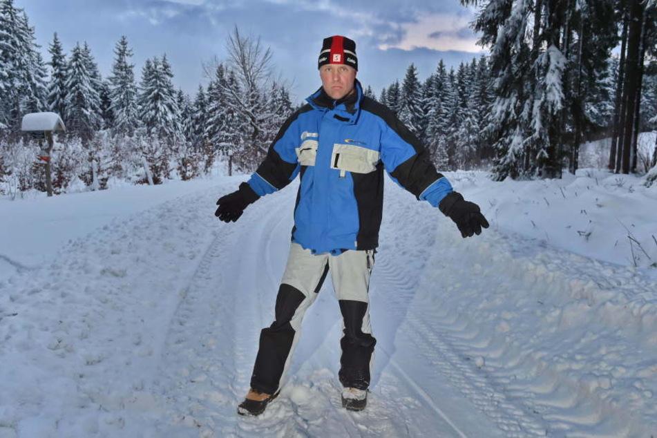 Vereinschef Norbert Dick (50) auf dem zerstörten Weg.