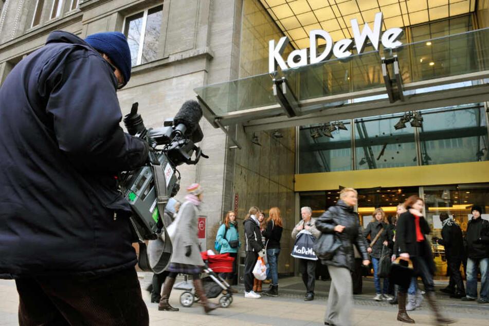 Ein Kameramann filmt am 27.01.2009 in Berlin vor dem KaDeWe (Kaufhaus des Westens).