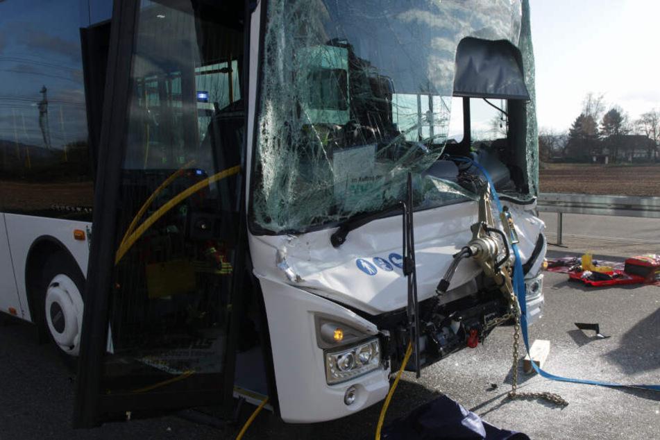 Der Bus wurde völlig eingedrückt.
