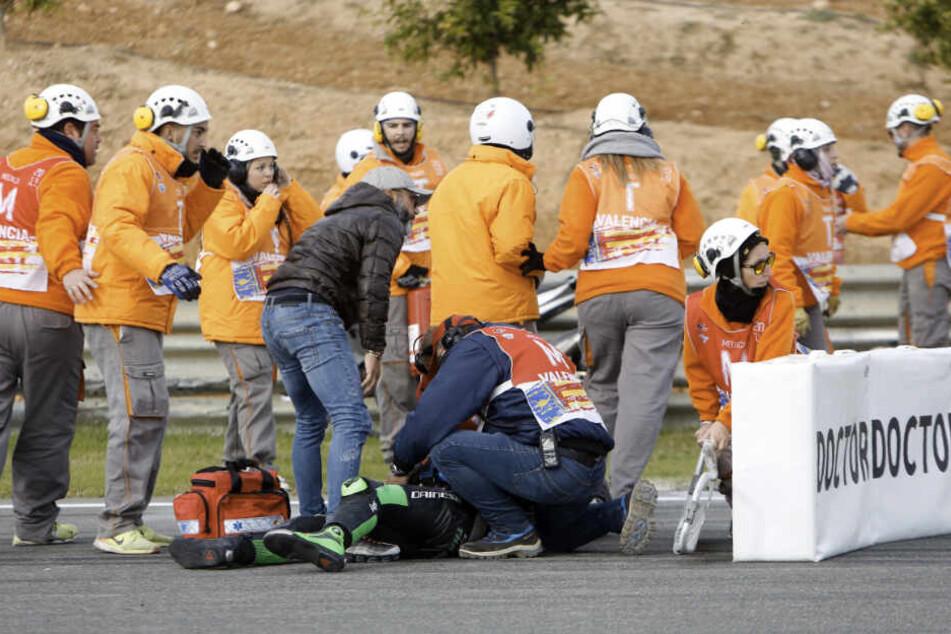 Die Ärzte versorgen einen Teilnehmer nach einem Sturz mehrerer Fahrer in der dritten Runde des Moto 3-Rennens des Grand Prix von Valencia.