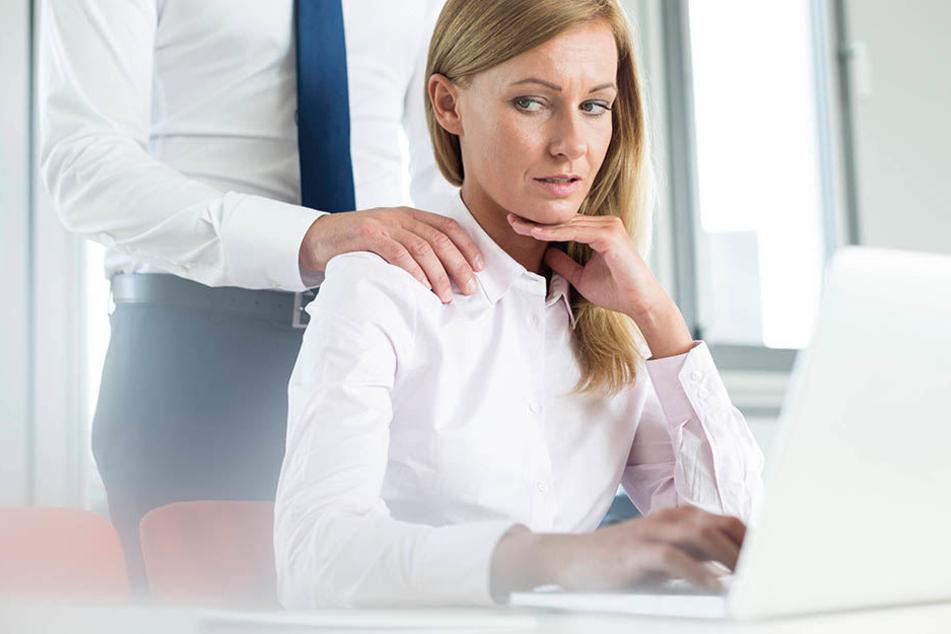Wenn der Chef Sie wie Freiwild  behandelt: Bis zu 58 Prozent der Frauen und 10 Prozent der Männer geben an,  schon einmal sexueller Belästigung am Arbeitsplatz ausgesetzt gewesen zu  sein.
