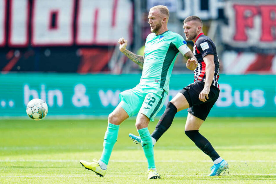 Hoffenheims Kapitän Kevin Vogt (Li.) ist vor Frankfurts Ante Rebic am Ball.