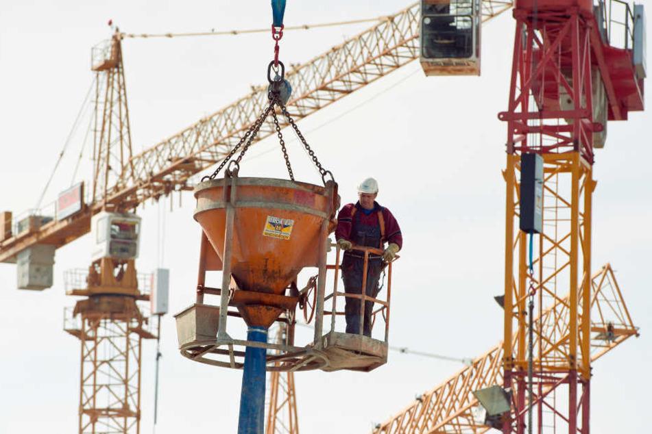 Baustellen in NRW werden regelmäßig auf Sicherheit kontrolliert. (Symbolbild)