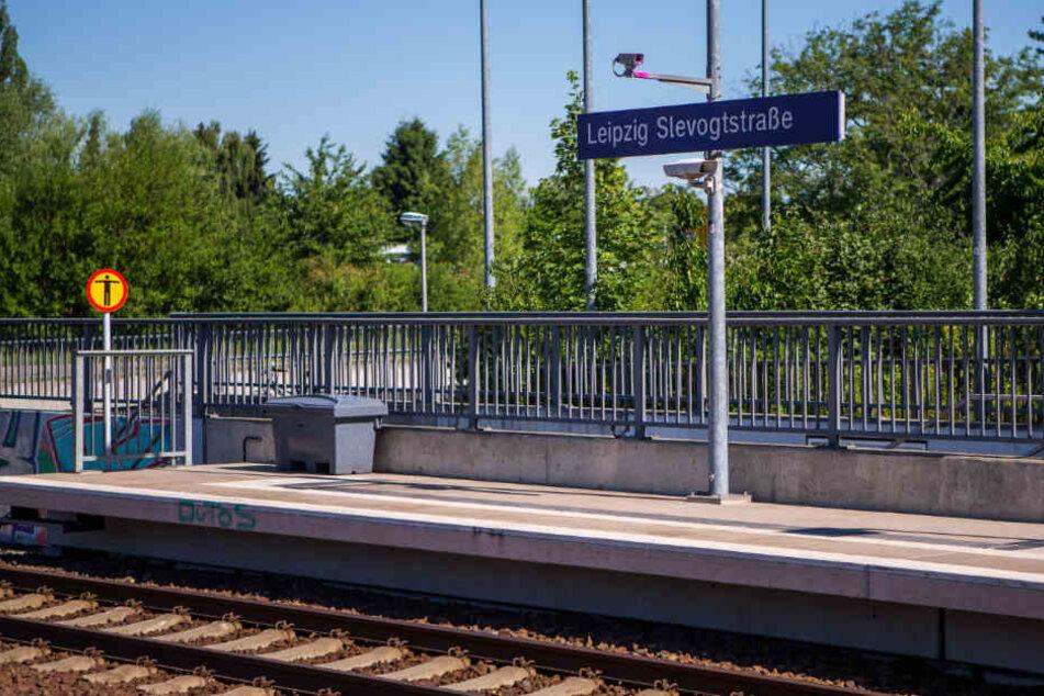 """Gegen 4.27 Uhr detonierte am S-Bahn-Haltepunkt """"Leipzig-Slevogtstraße"""" ein Sprengsatz. Jetzt könnte die Polizei die Verantwortlichen gestellt haben."""