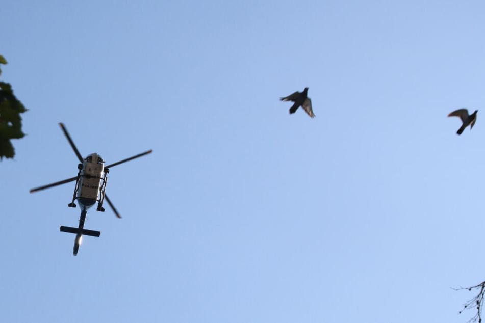 Die Polizei suchte unter anderem mit einem Hubschrauber und einer Drohne nach dem Verdächtigen. (Symbolbild)