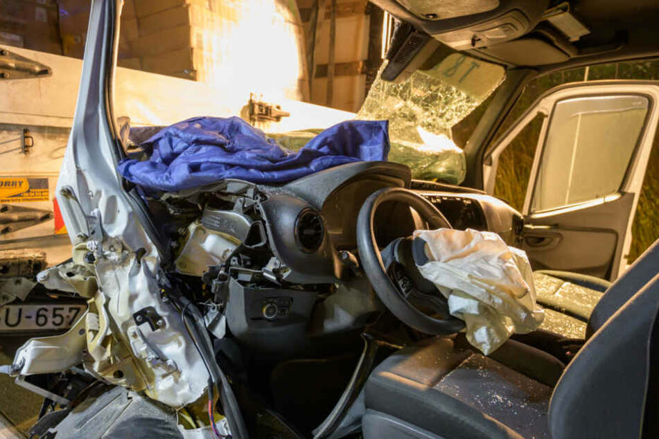 Der Transporter wurde bei dem Aufprall komplett zerstört.