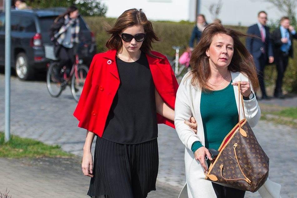 Nathalie Volk und ihre Mutter auf dem Weg ins Gericht. Die Lehrerin wurde zu einer Geldstrafe verurteilt.