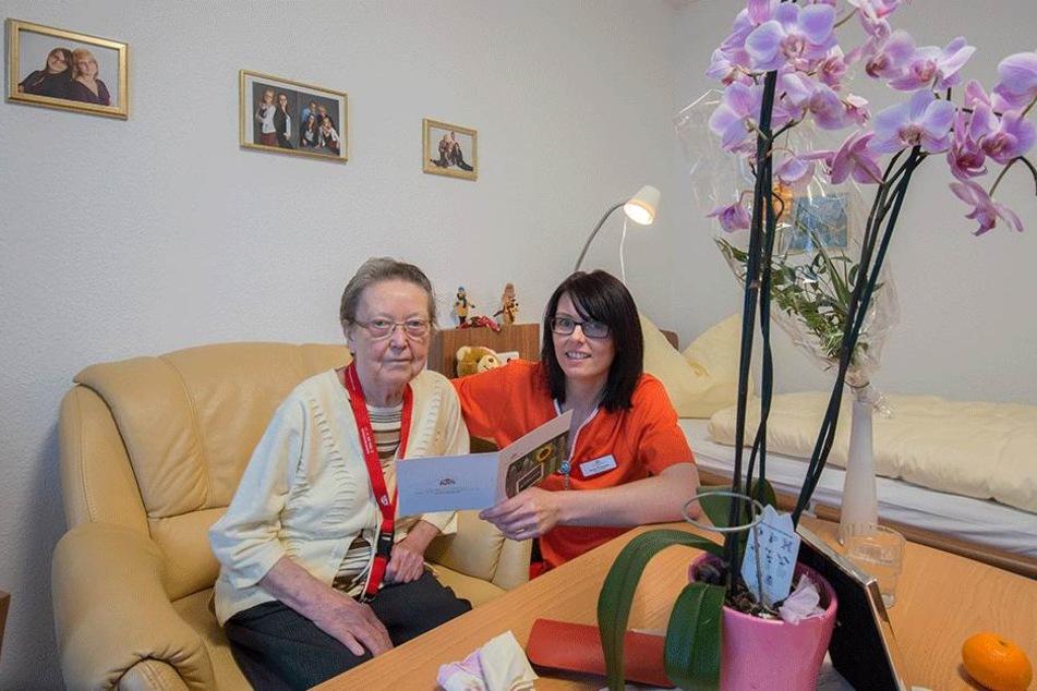 Margitta Bachmann (82), hier mit Pflegefachkraft Nicole Trommler (36), ist die erste Bewohnerin der neuen Seniorenresidenz in der Schillerstraße.