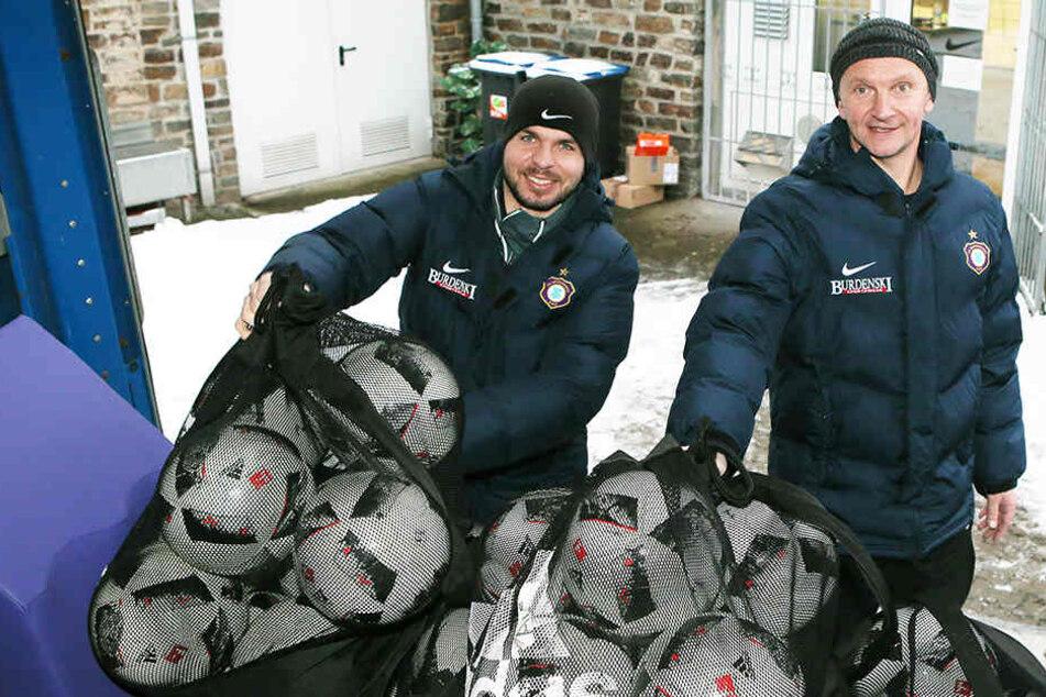 Auch Bälle müssen mit! Teambetreuer Tommy Käßemodel (l.) und Zeugwart Thomas Romeyke verstauen die Spielgeräte im Sprinter.