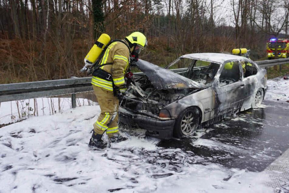 Noch wissen die Feuerwehrleute nicht, warum das Feuer immer wieder aufflammte.