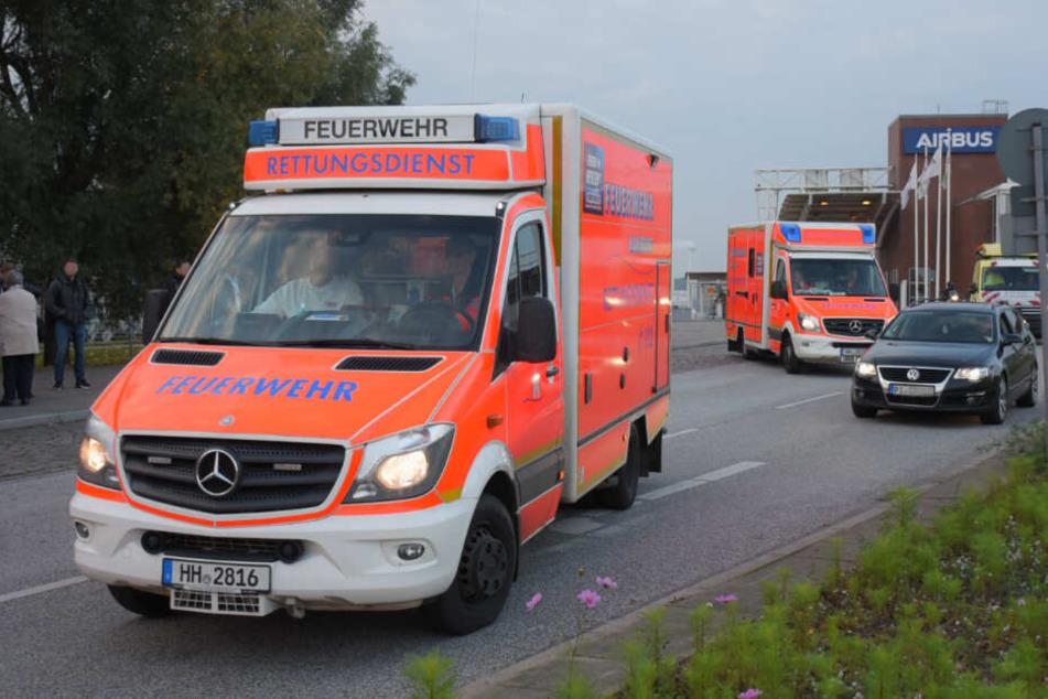 Krankenwagen verlassen das Werksgelände von Airbus in Finkenwerder.