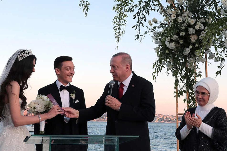 Eine Feier zum Sonnenuntergang am Wasser, auf einer Bühne mit wehenden Schleiern - so romantisch heirateten der Fußballer Mesut Özil und Amine Gülse. Zur Hochzeit taten sie Gutes. Ein umstrittener Gast war auch Trauzeuge: der türkische Präsident Erdogan.