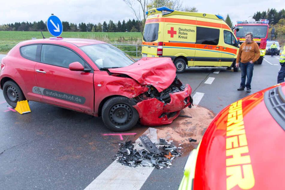 Schwere Kollision auf Kreuzung! Renault landet im Straßengraben