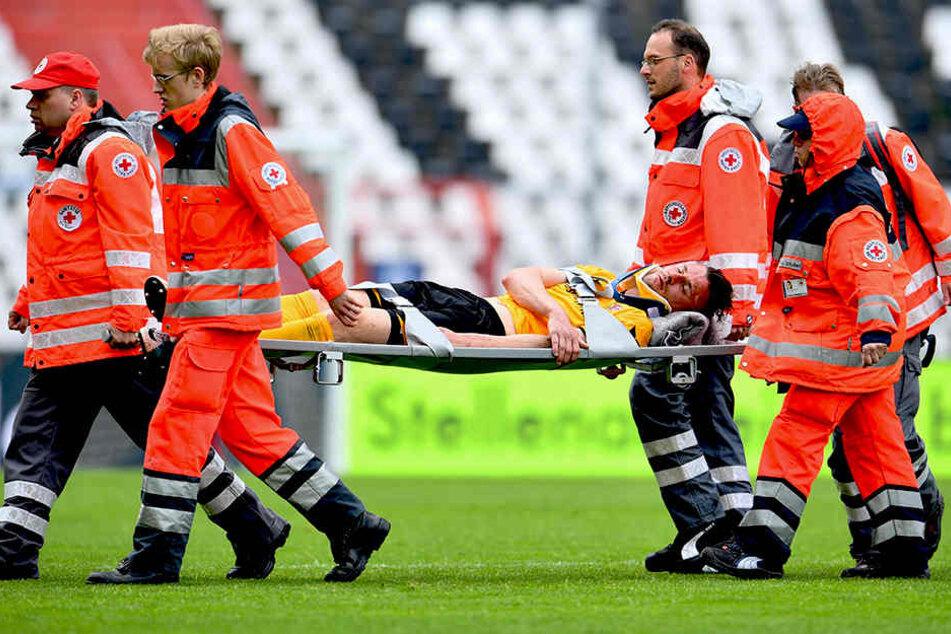 Auf einer Trage wurde Stefan Kutschke vom Platz getragen und in eine Klinik gebracht. Später gab's Entwarnung.