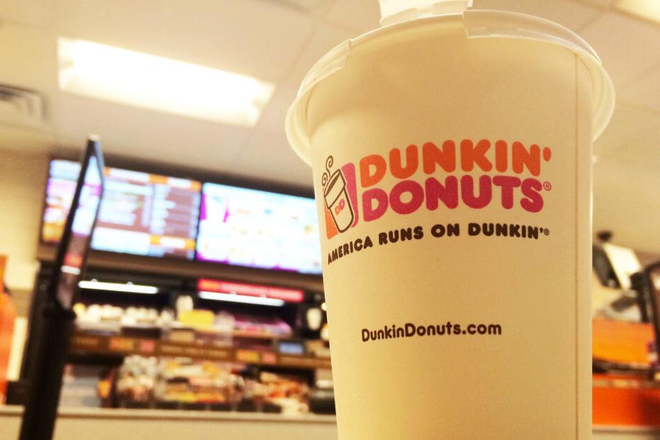 Ein Kaffee im Pappbecher bei Dunkin (Symbolbild).