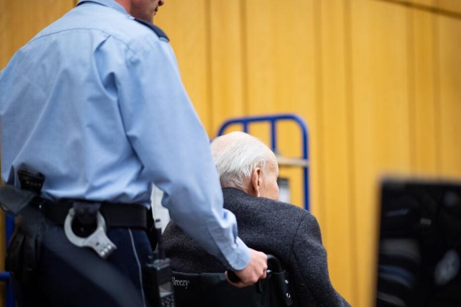 Mit einem Rollstuhl musste der Ex-SS-Wachmann in den Gerichtssaal geschoben werden.