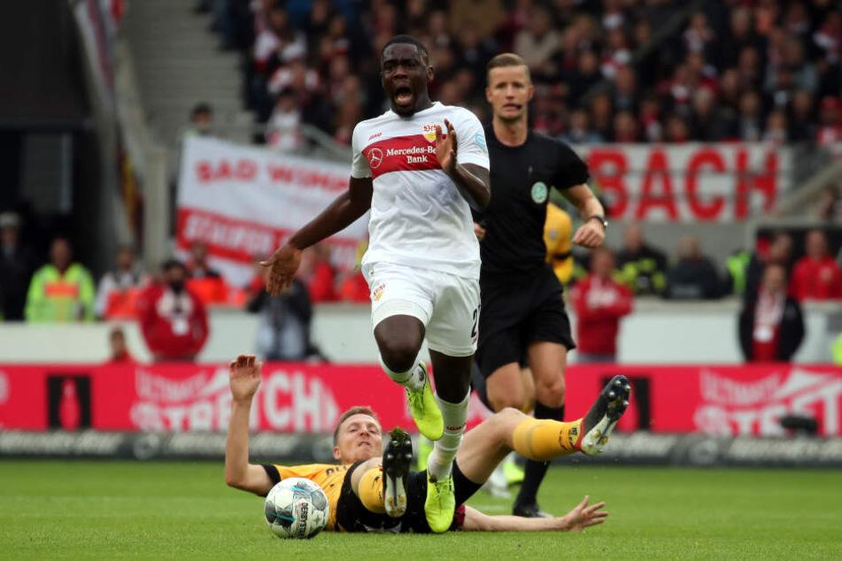 Zu spät gekommen: Dynamo-Kapitän Marco Hartmann zeigte in Stuttgart Einsatz, erwischte mit dieser Grätsche aber nur die Ferse von Orel Managala. Gelb war die Folge. Doch diese Einsatz braucht es - von allen.
