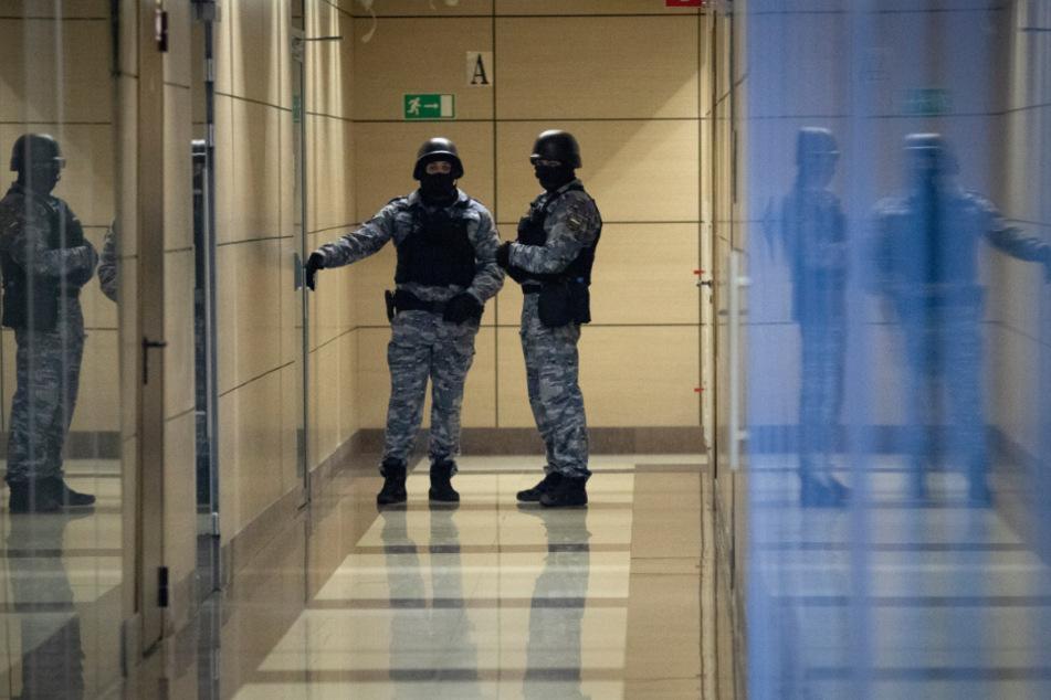 Moskau: Sicherheitsbeamte stehen Wache vorm Büro des Kreml-Kritikers Nawalny.