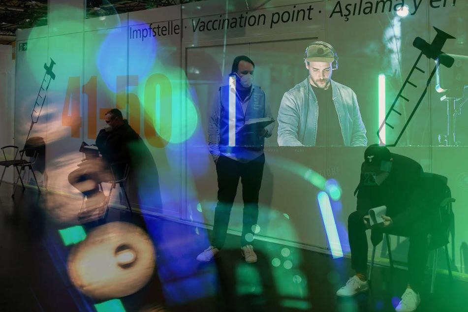 In der Arena in Berlin-Treptow wird ein Impf-Happening mit DJs geplant, das besonders junge Leute zum Corona-Piks animieren soll. (Archivfoto)
