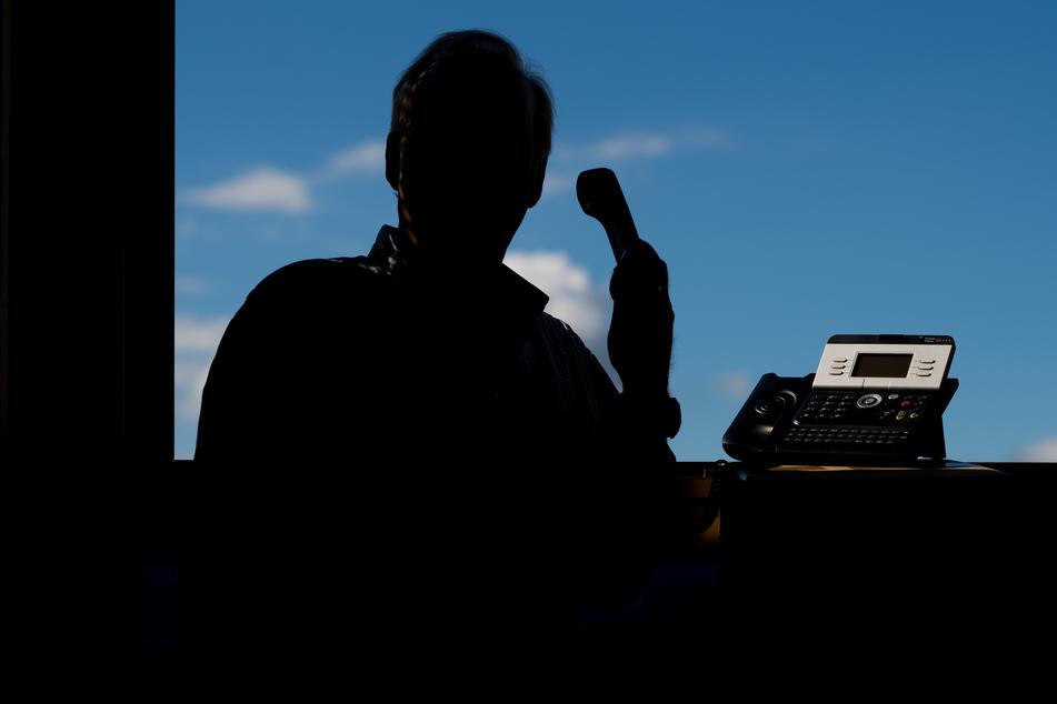 Auch telefonisch fallen vor allem ältere Personen immer und immer wieder auf falsche Beamte herein.