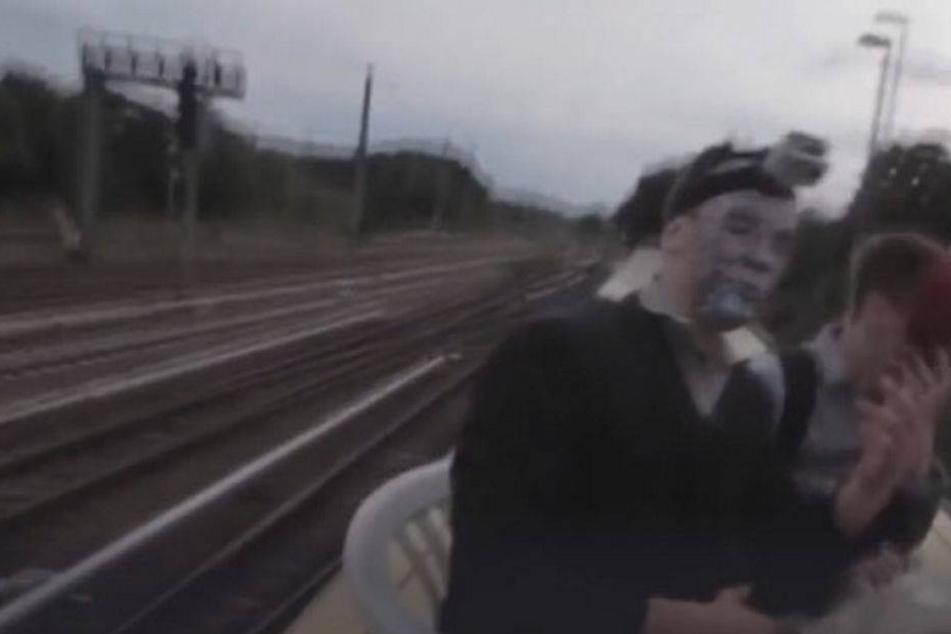 Was machen diese maskierten Männer auf einem fahrenden Zug?