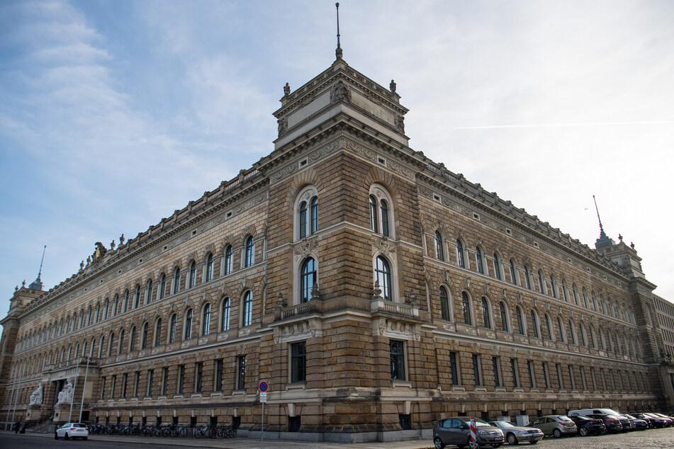 Statt in den Räumlichkeiten des Dresdner Landgerichts wurde eine Verhandlung der Strafkammer im Freien durchgeführt.