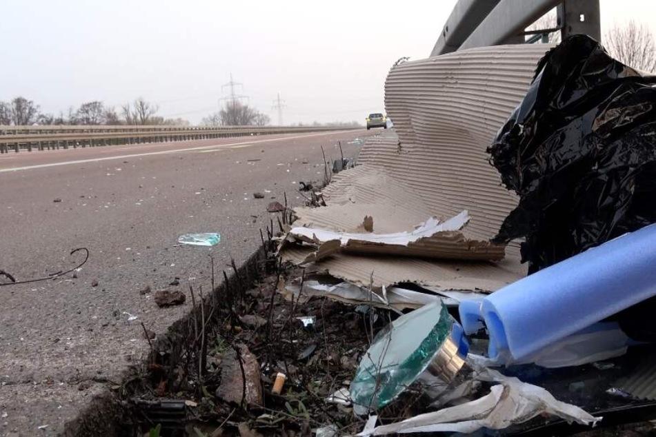 Fahrzeugteile liegen am Morgen nach dem tragischen Unfall am Unglücksort bei Bitterfeld-Wolfen (Sachsen-Anhalt).