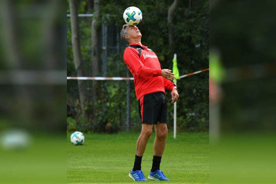 Uwe Neuhaus kann's auch noch mit dem Köpfchen. Was in ihm vorm Spiel gegen Heidenheim vorgeht, will er aber nicht verraten.