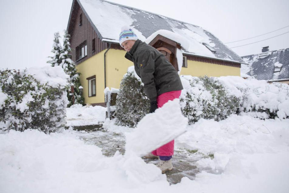 Mühevoll beseitigen Anwohner in Kühnhaide den Schnee.
