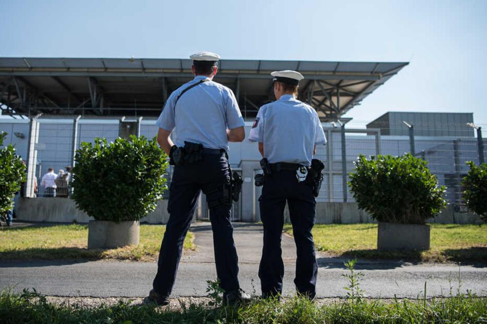 Polizisten vor dem Oberlandesgericht Düsseldorf, während des Prozesses gegen den Terrorhelfer.