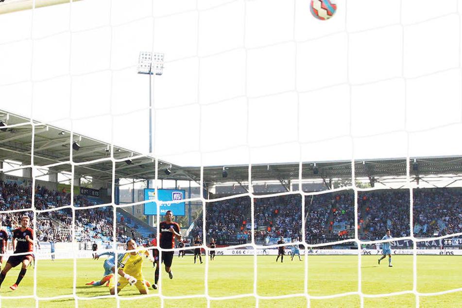 Das 3:0 für den Chemnitzer FC gegen den VfL Osnabrück. Anton Fink (verdeckt am Boden) war mal wieder der Schütze.