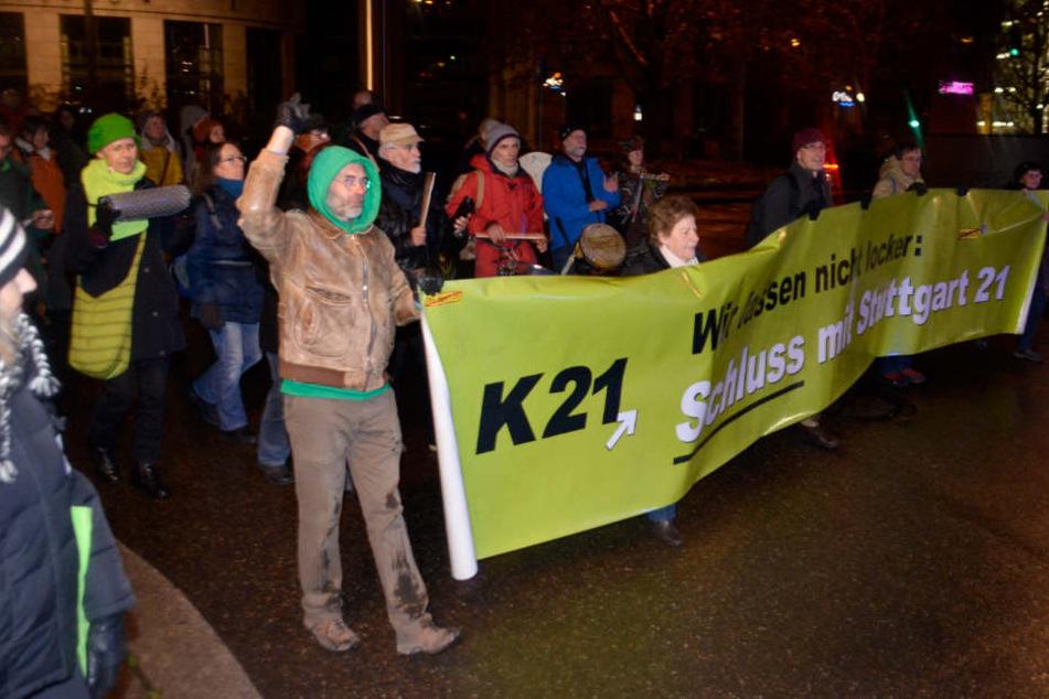 """Auf ihrem Transparent kündigen die Gegner an: """"Wir lassen nicht locker""""."""
