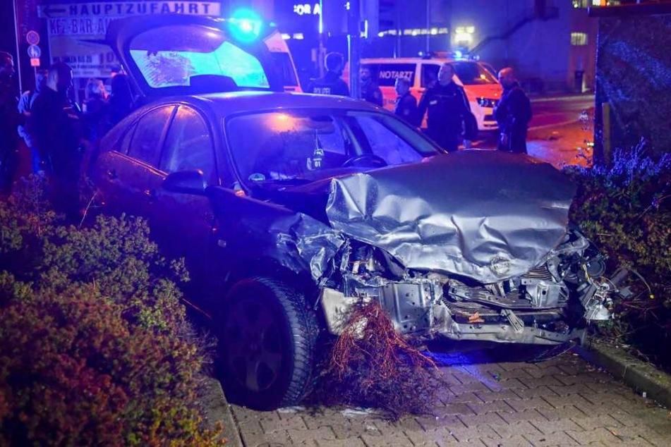 Der flüchtige Skoda raste in einer Kreuzung in einen Nissan.
