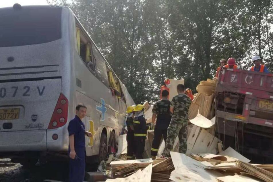 Der Reisebus nach dem Zusammenstoß mit einem Lastwagen.
