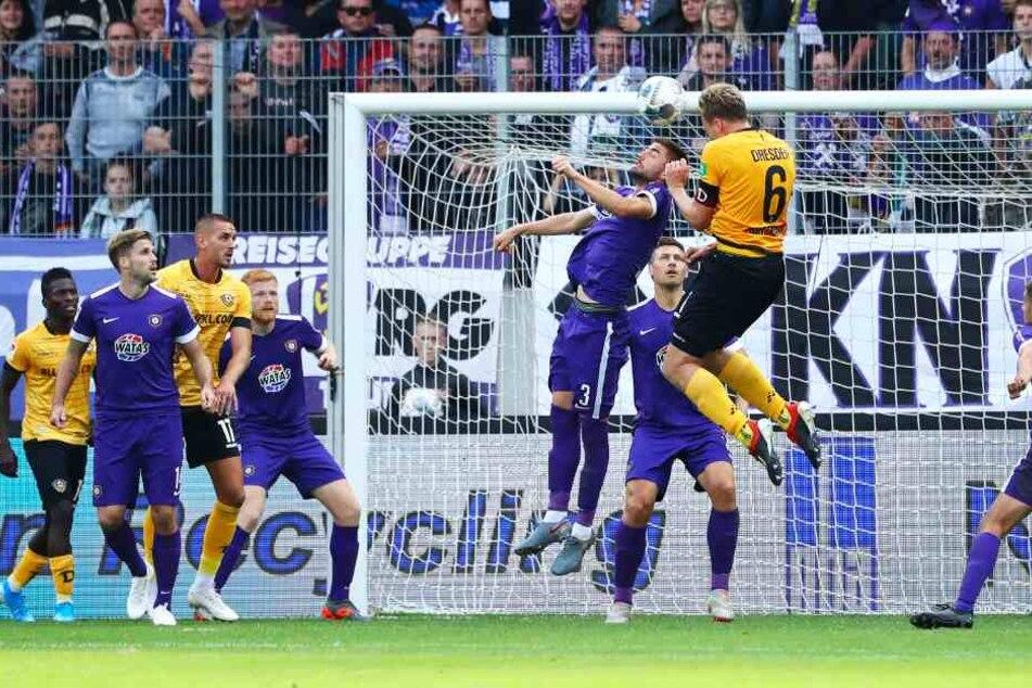 Szene aus dem Hinspiel: Dynamos Marco Hartmann (Nr. 6) beim Kopfballduell mit Marko Mihojevic. Der FCE gewann die Partie mit 4:1.