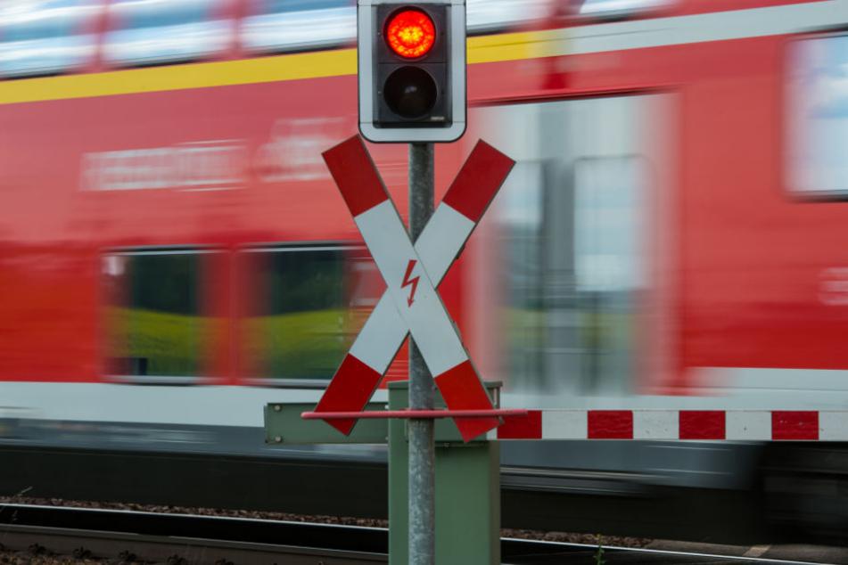 Auch Warnrufe halfen nicht. Der Mann lief einfach weiter über den Bahnübergang. (Symbolbild)