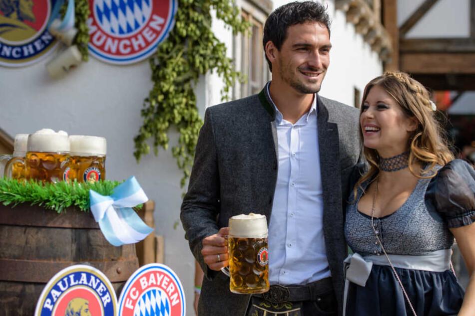 Mats Hummels mit seiner Frau Cathy auf dem Oktoberfest in München.
