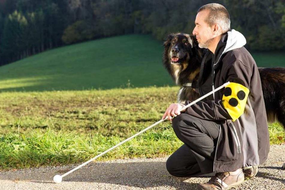 Mann und Hund wurden auf einem Feldweg gefunden (Symbolbild).