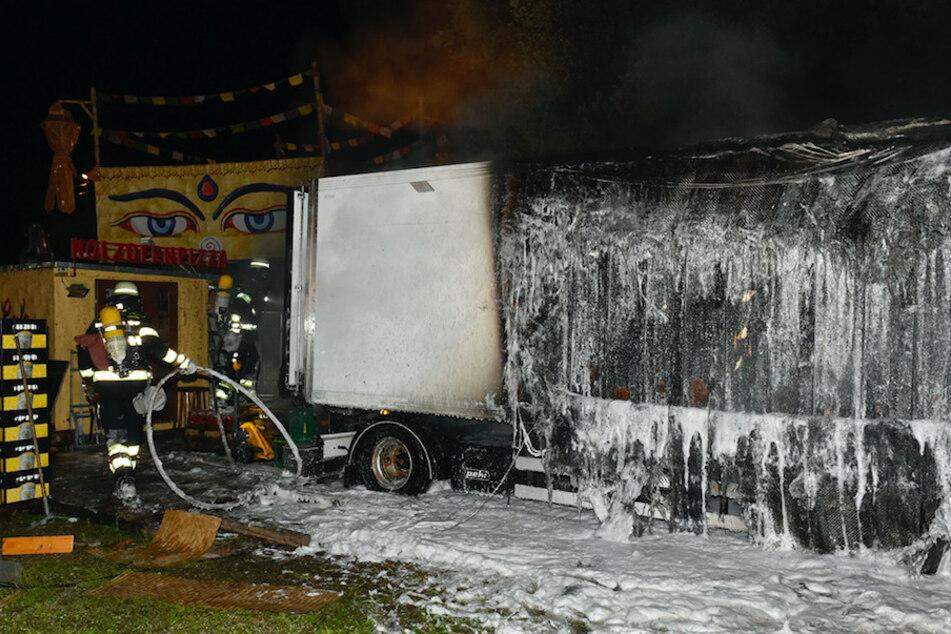 Der brennende Kühlanhänger steckte mehrere Bars und Lagerflächen in Brand.