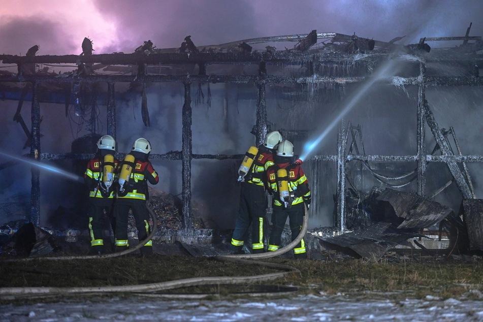 Kameraden bekämpfen die Flammen.