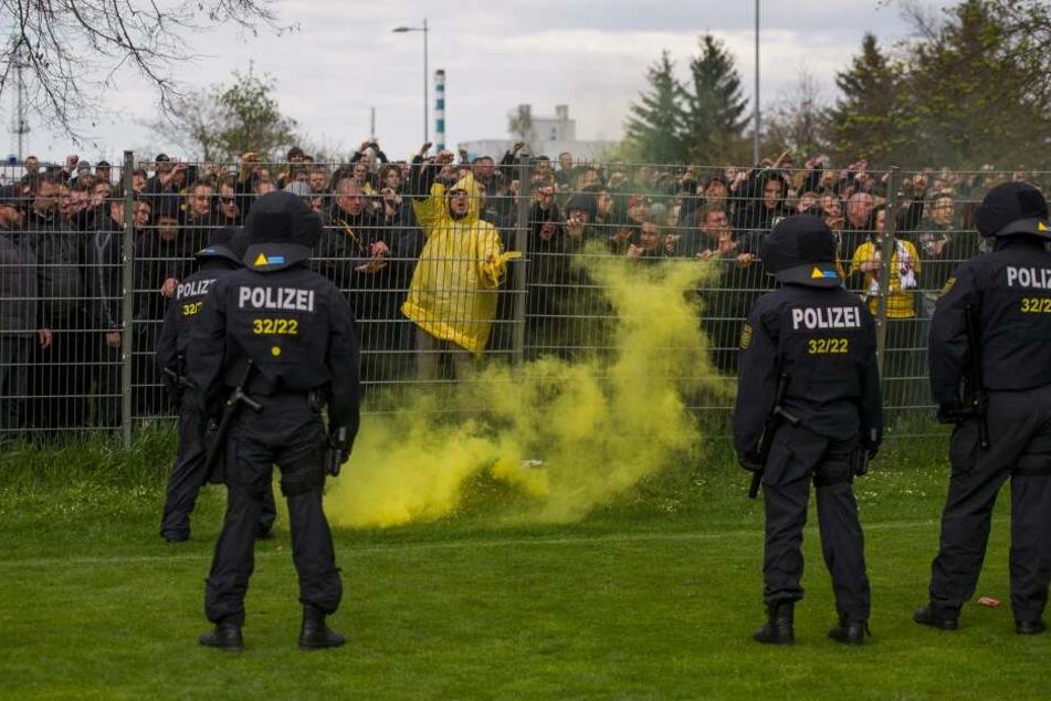 Den Dynamo-Fans wurde vor dem Aufstiegsspiel in Magdeburg am 16. April 2016 der Zutritt zum Stadion verwehrt.