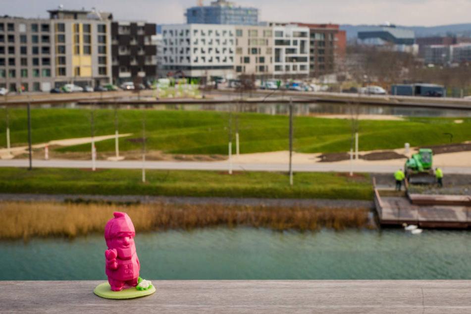 Eine Marzipan-Ausgabe des Buga Zwergs Karl steht am Aussichtspunkt der Bundesgartenschau.