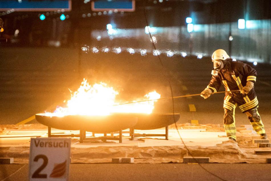 Um den Brandschutz im neuen Lärmschutztunnel zu testen, hat die Feuerwehr mit Benzin und Diesel gezündelt.